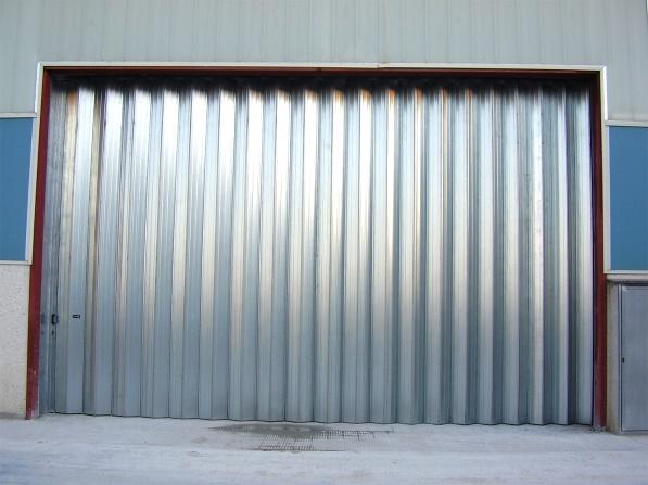 Puertas para naves industriales y sus tipos francor for Puertas de chapa galvanizada